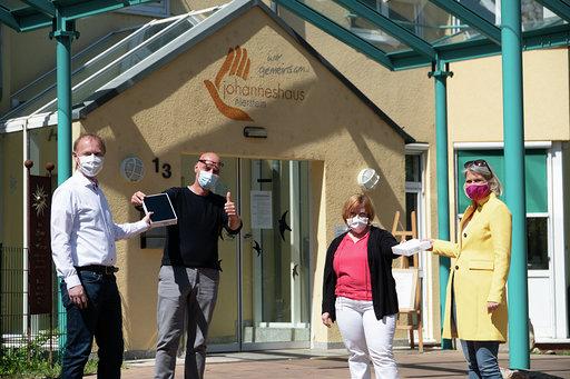 FDP übergibt Tablet-Spende an Johanneshaus in Nierstein